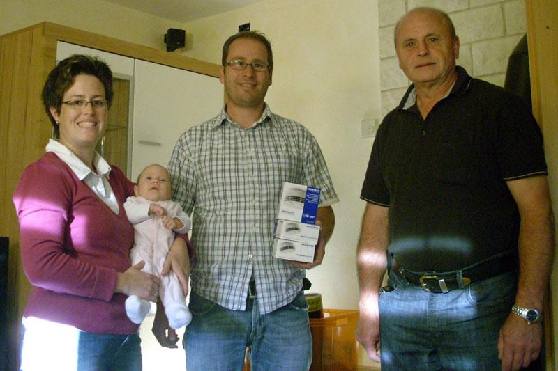 Die glückliche Familie und unser Vorsitzender Gerhard Bingel (rechts)