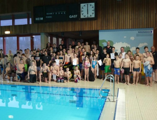 Jugendliche im spielerischen Schwimmwettkampf